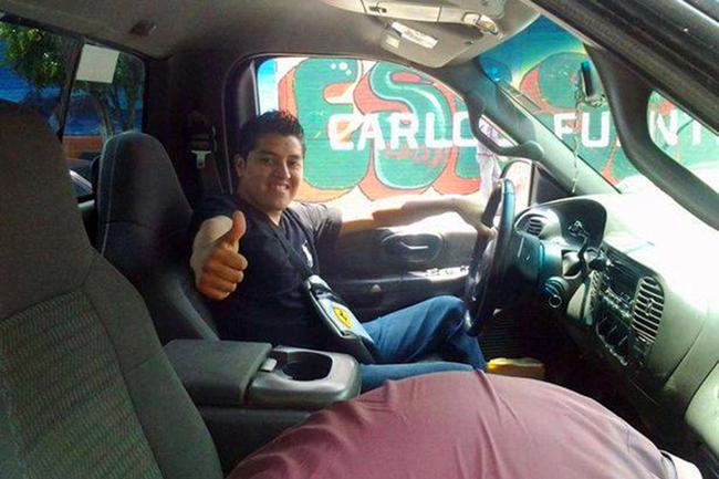 Oscar Otero Aguilar é visto imitando uma arma nesta foto.  Ele posou com uma arma que acidentalmente disparou, matando-o após uma noite de bebedeira com os amigos.