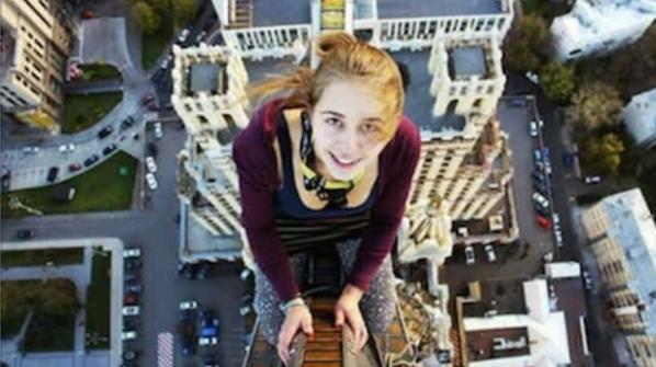 A, 17-year-old girl russo aventureiro, Xenia Ignatyeva perdeu o equilíbrio, tendo esta imagem em uma ponte e caiu de um cabo elétrico que matou.