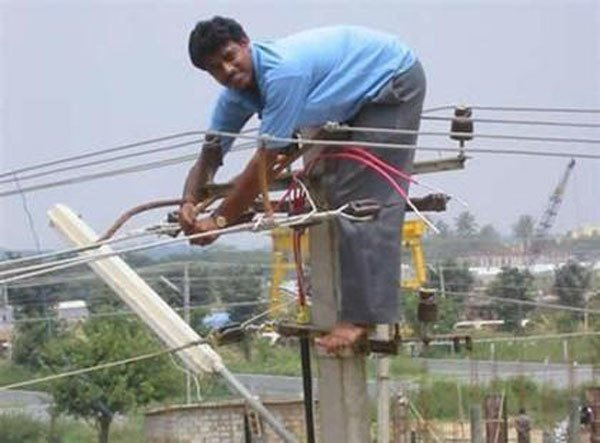 Barehanded e Barefoot Rodeado por Electricidade