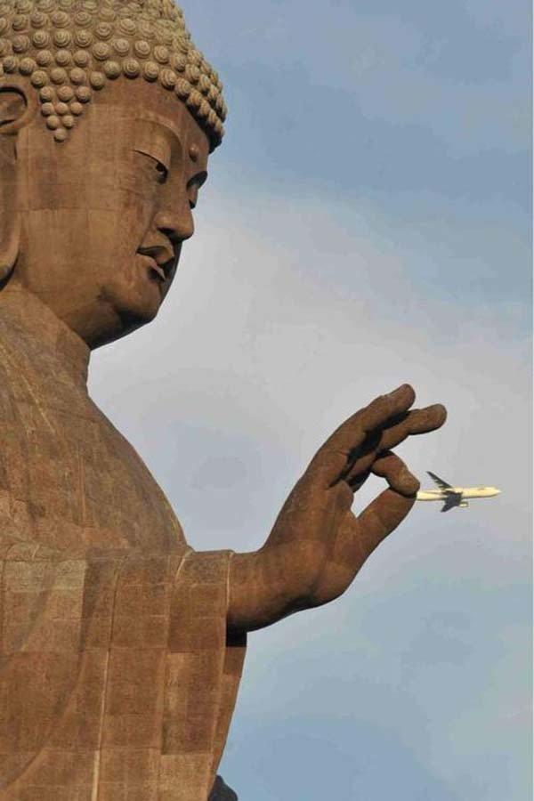 Uma estátua de Buda segurando um lugar.