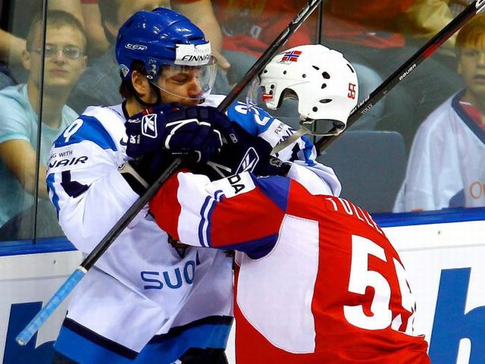 Have you ever seen an invisible hockey player in a fight before?
